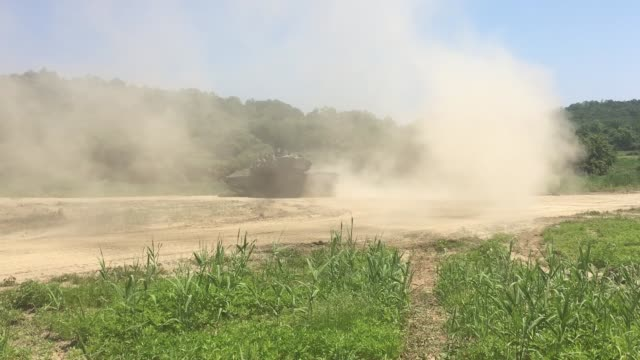 vidéos et rushes de tanks from the 1st armored brigade combat team 3rd infantry division conduct live fire and dry gap crossing exercises at rodriguez live fire complex... - manoeuvre militaire