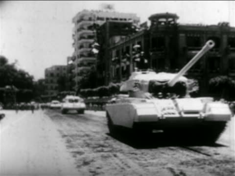 vídeos de stock e filmes b-roll de tanks in parade on city street / egypt / suez crisis / newsreel - 1956