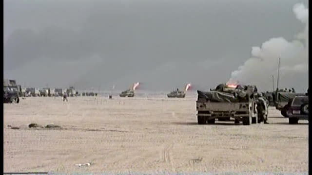 vidéos et rushes de tanks of the 1st infantry division moving through the desert into iraq - irak