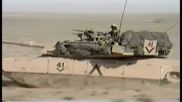 tanks of the 1st infantry division moving through the desert into iraq - veicolo militare terrestre video stock e b–roll