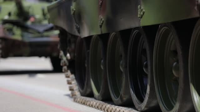 vídeos y material grabado en eventos de stock de tanques en las calles de la ciudad - cabalgata