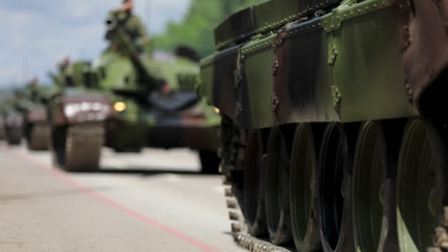 panzer auf stadtstraße - battle stock-videos und b-roll-filmmaterial