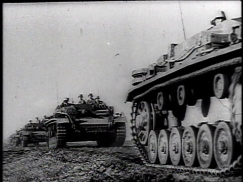 vidéos et rushes de montage tanks traveling down a road / russia - wehrmacht