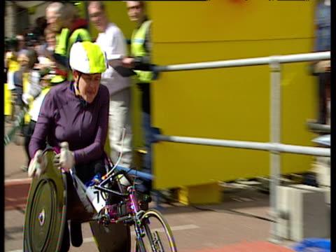 vídeos de stock, filmes e b-roll de tanni grey thompson wins 2002 london marathon women's elite wheelchair race - editorial