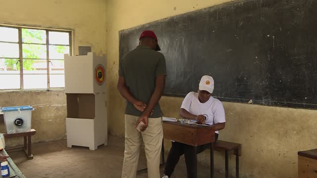 tanzania the largest country in east africa held presidential elections on . this is footage of the tanzania citizens casting their votes. people... - タンザニア点の映像素材/bロール