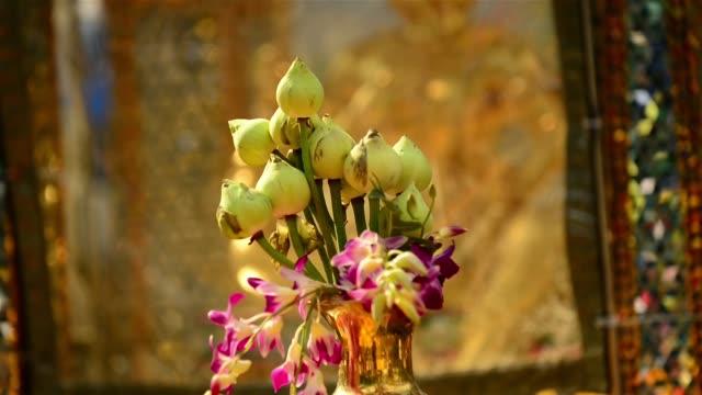 tao maha phrom statue, lotus flower offering and marigold garlands at erawan shrine - エラワン聖堂点の映像素材/bロール