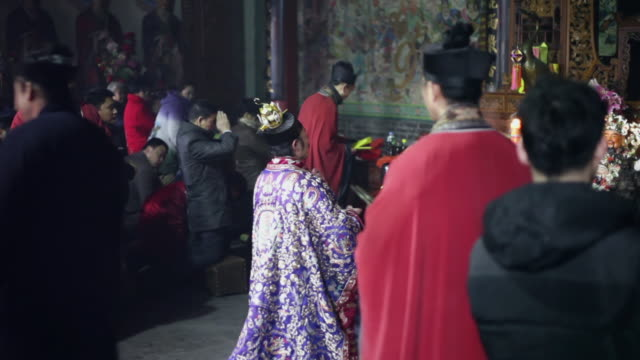 ms taoist do religious rites with pilgrims to pray for good luck in grand hall of temple during chinese lunar new year  audio  / xi'an, shaanxi, china - 作法点の映像素材/bロール