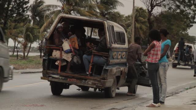 stockvideo's en b-roll-footage met tap tap riders - haïti