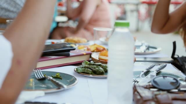 vídeos de stock e filmes b-roll de tapas in barcelona - almoço