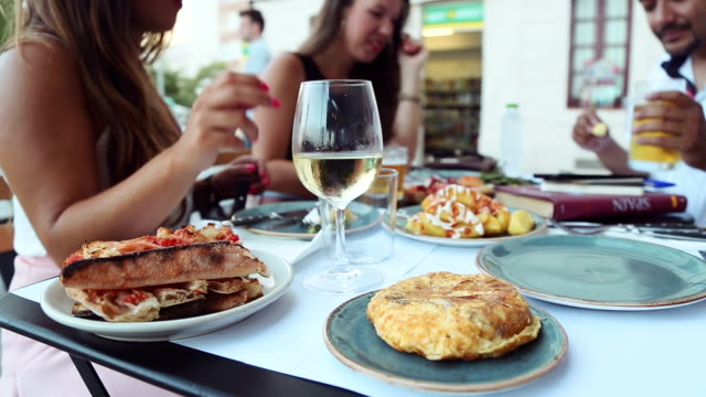 tapas in barcelona - barcelona stock-videos und b-roll-filmmaterial