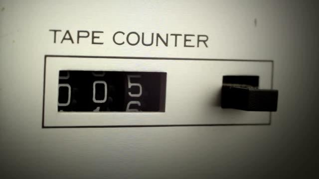il contatore mostra il tempo trascorso - cassetta video stock e b–roll