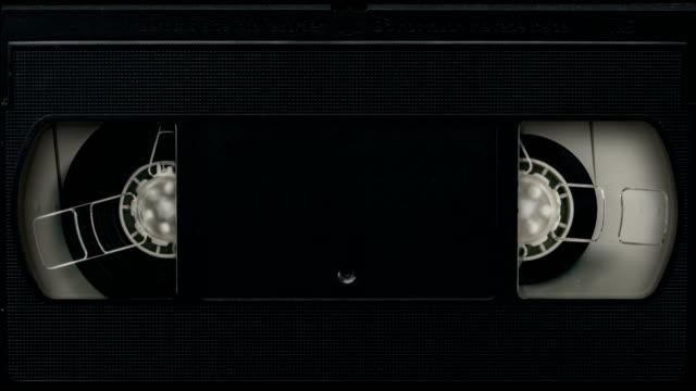 vídeos de stock, filmes e b-roll de vhs tape texture - videocassete