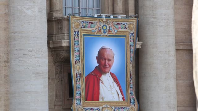 stockvideo's en b-roll-footage met broll tapestries depicting the late pope john paul ii and pope john xxiii hang on the balcony of st peter's basilica on april 25 2014 in vatican city... - pope john xxiii