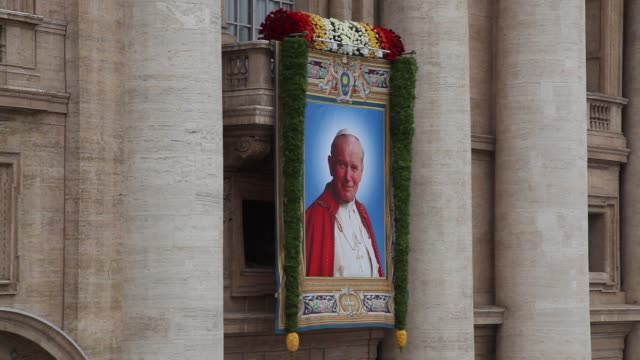 stockvideo's en b-roll-footage met tapestry featuring pope john paul ii at pope john paul ii and pope john xxiii are declared saints during a vatican mass at st peter's square on april... - pope john xxiii