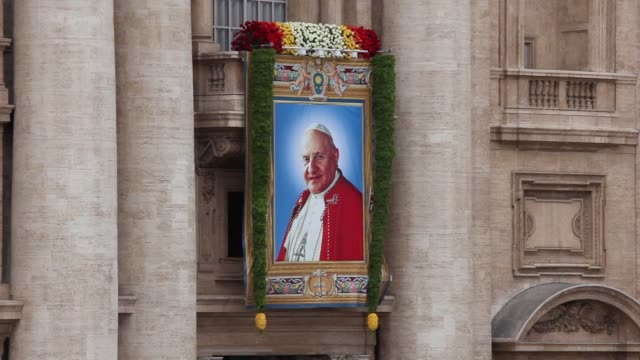 stockvideo's en b-roll-footage met tapestry featuring pope john xxiii at pope john paul ii and pope john xxiii are declared saints during a vatican mass at st peter's square on april... - pope john xxiii