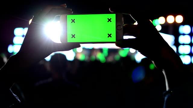 band zu einem konzert grünen bildschirm anzeigen - mob stock-videos und b-roll-filmmaterial