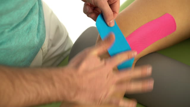 taping treatment of knee - menschliches knie stock-videos und b-roll-filmmaterial