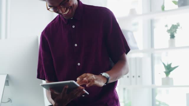 in eine digitale geschäftswelt getappt - tablet benutzen stock-videos und b-roll-filmmaterial