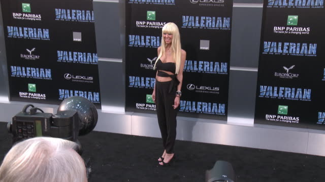 tara reid at the 'valerian and the city of a thousand planets' world premiere at tcl chinese theatre on july 17, 2017 in hollywood, california. - tara reid stock-videos und b-roll-filmmaterial