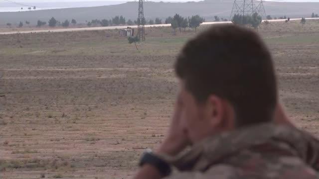 tareena shakil becomes first british woman convicted of membership of islamic state; t02121505 / 2.12.2015 syria: road sign for arraqqa kurdish... - 僧衣点の映像素材/bロール