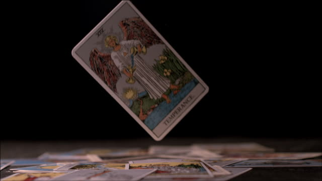 tarot cards - in bodenhöhe stock-videos und b-roll-filmmaterial