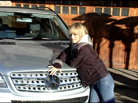 vídeos y material grabado en eventos de stock de taryn manning with the mercedes benz m class at the 2005 park city mercedes benz at the motorola lodge at motorola lodge in park city, utah on... - motorola