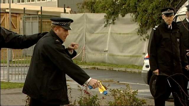 vídeos de stock, filmes e b-roll de taser gun exercises; england: kent: gravesend: ext kent police enacting role play exercises to demonstrate safe use of taser guns involving... - decretar