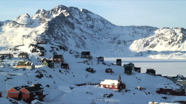 ws zo ha tasiilaq village surrounded with snow covered mountains, east greenland - peter snow stock videos & royalty-free footage