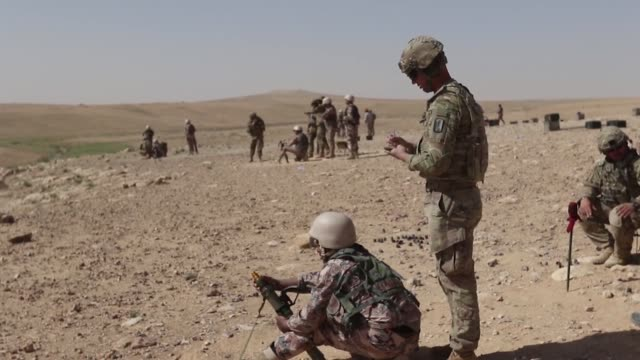 task force spartan soldiers perform mortar training with jordanian border security soldiers as part of the jordan operational engagement program the... - 迫撃砲点の映像素材/bロール