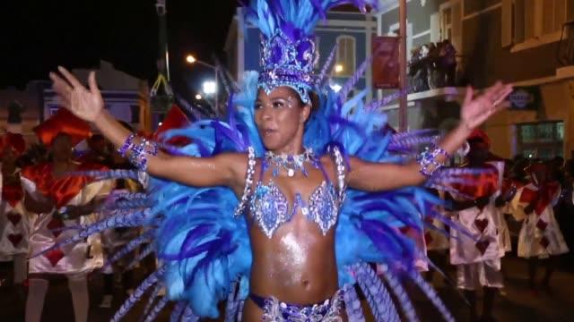 vídeos y material grabado en eventos de stock de a taste of brazil comes to cape verde as hundreds gather for the carnival of mindelo - cabo verde