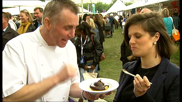 stockvideo's en b-roll-footage met taste of london 2010 festival in regent's park england london regent's park ext close shot heston blumenthal speaking through microphone to people... - jaffa