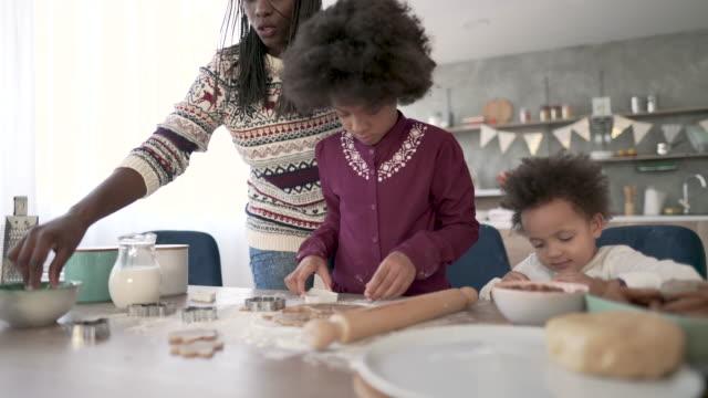 vídeos de stock e filmes b-roll de a taste of togetherness - família com dois filhos