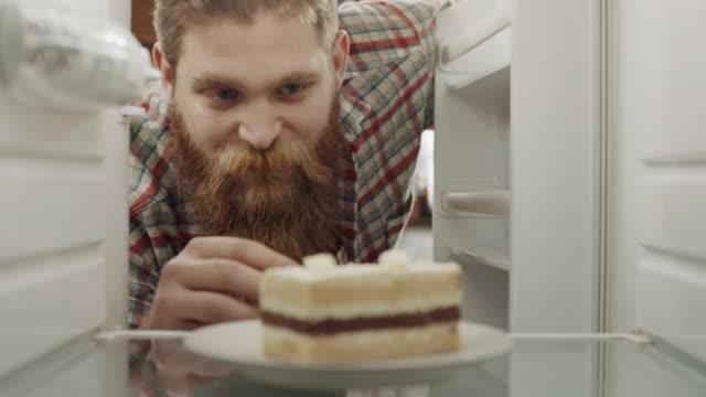 verkostung eines kuchens - vollbart stock-videos und b-roll-filmmaterial