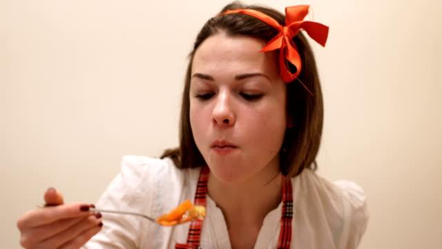 vidéos et rushes de savoureux et sain aliments-spaghetti avec concept alimentaire légumes-végétalien - genre de la personne