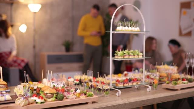 leckere vorspeisen auf dem tisch, serviert für business-networking - festmahl stock-videos und b-roll-filmmaterial
