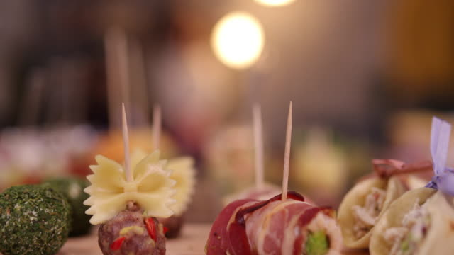 vídeos de stock e filmes b-roll de tasty appetizers served during networking event - banquete