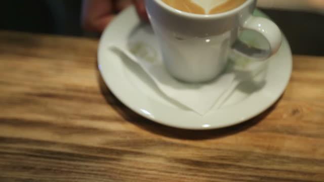 välsmakande kopp kaffe görs och serveras-latte art-heart - kopp bildbanksvideor och videomaterial från bakom kulisserna
