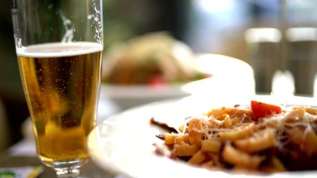 lecker essen und trinken - servierfertig stock-videos und b-roll-filmmaterial