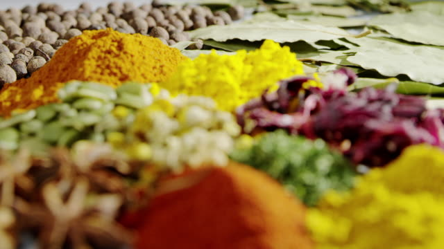 stockvideo's en b-roll-footage met smakelijke kruiden koken gieten olie slowmotion voedsel kruiden ingrediënt - curry powder