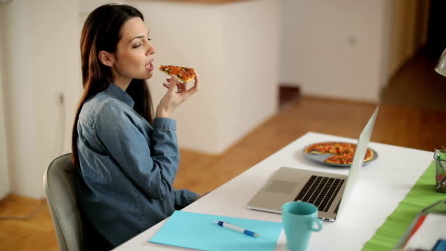 leckere pizza  - telearbeit stock-videos und b-roll-filmmaterial