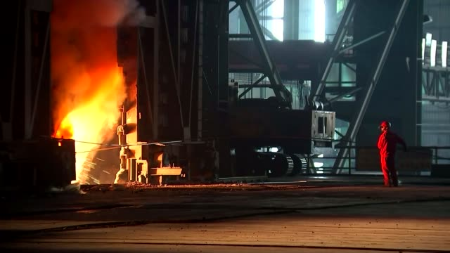 pressure mounts on government as cameron opposes nationalisation t16101525 / china shanghai shagan steelworks int furnace worker standing before... - 通行止め点の映像素材/bロール