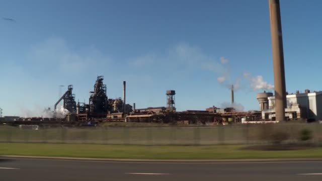 pressure mounts on government as cameron opposes nationalisation wales neath port talbot port talbot steel works structure tracking shot along past... - 通行止め点の映像素材/bロール