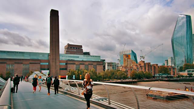 tate modern museum. millennium bridge - 博物館点の映像素材/bロール