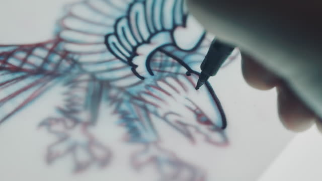 stockvideo's en b-roll-footage met tattoo artiest tekening eagle - tatoeage