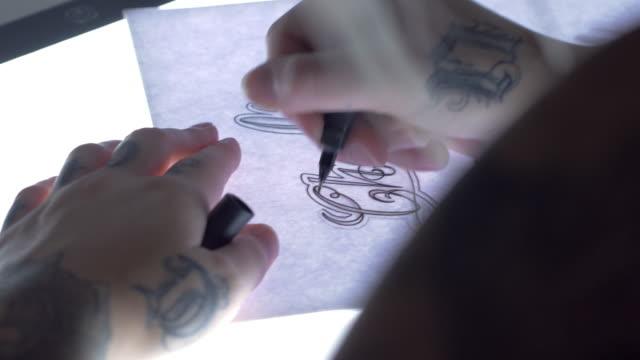 ハンドヘルドのショットをスケッチ タトゥー アーティスト - イラストレーター点の映像素材/bロール