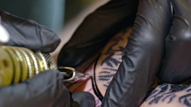 cu tattoo artist tattooing someone - avambraccio video stock e b–roll