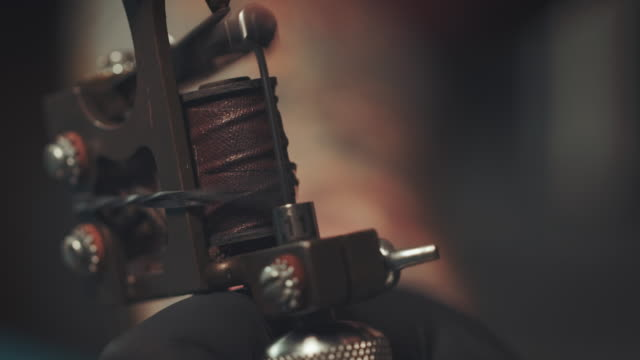stockvideo's en b-roll-footage met tattoo gun - tatoeage