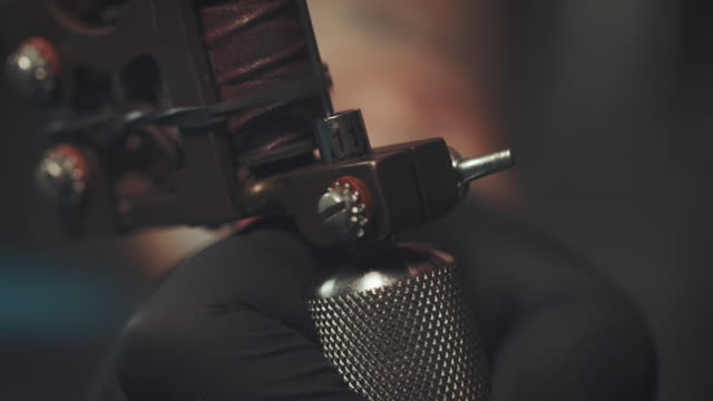 stockvideo's en b-roll-footage met tattoo gun - tatoeage