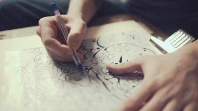 stockvideo's en b-roll-footage met meester van de tatoeage tekening proces - tatoeage