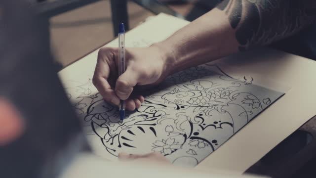 tattoo master-zeichnung prozess - menschliche gliedmaßen stock-videos und b-roll-filmmaterial